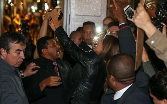 Gisele rodeada por seguranças em sua chegada à festa da Rosa Chá, em São Paulo (Foto: Ag News)