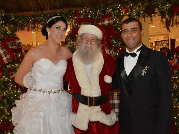 Cristiane e Alexandre registraram o casamento ao lado do Papai Noel  (Foto: Jouvani Reis)