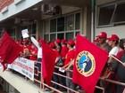 Trabalhadores rurais protestam e ocupam sede da Celg, em Goiânia