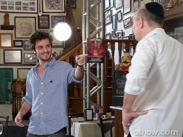 Se Martin soubesse que Isaac é seu sogro, com certeza não teria feito piadinhas! (Foto: Malhação/ TV Globo)