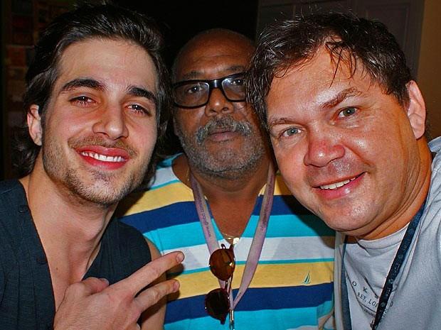 Fiuk posa com a equipe da novela (Foto: Guerra dos Sexos / TV Globo)