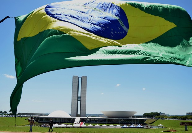 Bandeira do Brasil é hasteada em Brasília ; crise no Brasil ; PIB do Brasil ; governo federal ;  (Foto: Marcello Casal Jr/Agência Brasil)