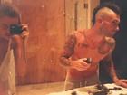 Adam Levine corta o próprio cabelo e brinca com resultado