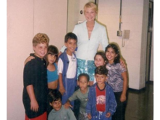 Xuxa e as crianas nos bastidores do programa (Foto: Arquivo pessoal)