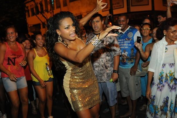 Quitéria Chagas em ensaio de rua da Vila Isabel no Rio (Foto: Diego Mendes/ Divulgação)