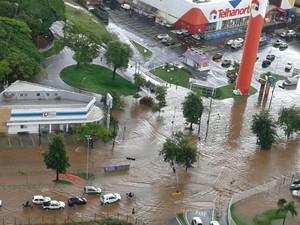 Avenida do bairro Campolim alaga em Sorocaba (SP) (Foto: André Luiz Wincler/TEM você)