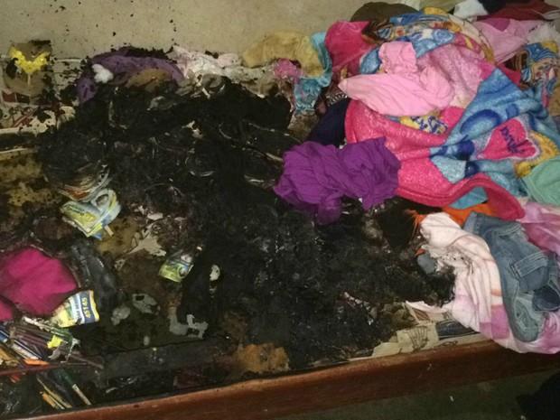 Segundo Corpo de Bombeiros, fogo atingiu os três cômodos da casa (Foto: PC/Divulgação)