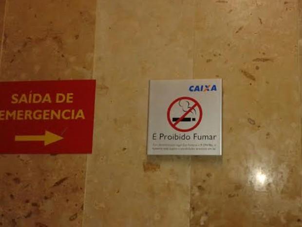 Estabelecimentos devem colocar placas alertando para proibição do uso de cigarros (Foto: Patrícia Andrade/G1)