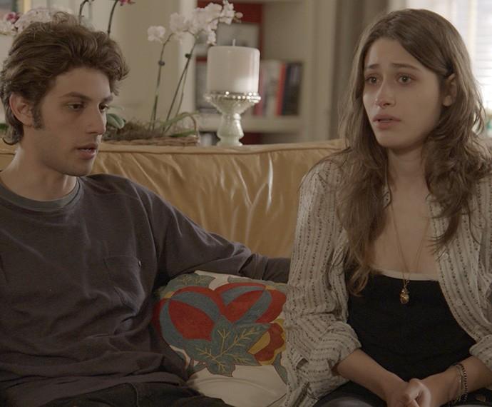Ao lado do namorado, Laís encontra força (Foto: TV Globo)