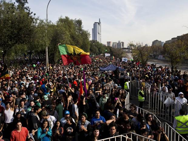 Multidão se reuniu em Santiago, no Chile, neste domingo (22), em favor da maconha (Foto: AP Photo/Esteban Felix)