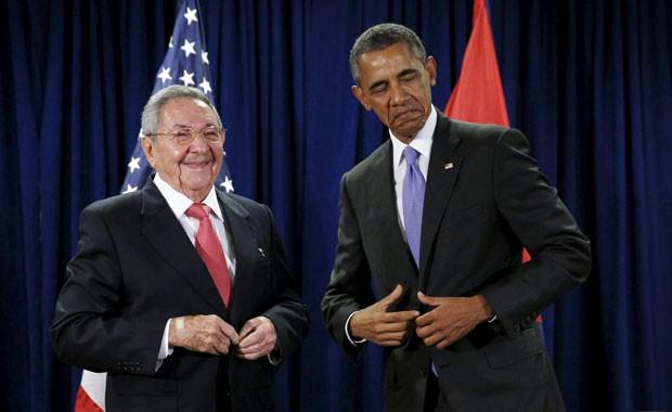 Os presidentes americano Barack Obama e cubano Raúl Castro durante encontro na sede da ONU nesta terça-feira (29) (Foto: Kevin Lamarque/Reuters)