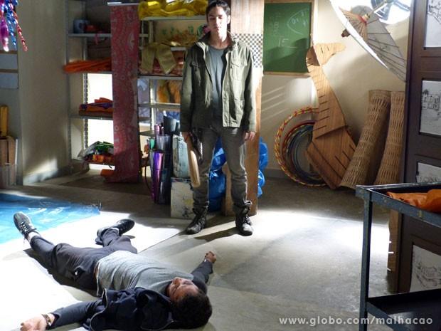 Antônio observa seu meio-irmão caído no chão (Foto: Malhação / TV Globo)