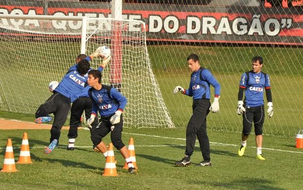 Roberto e outros goleiros do Atlético-GO (Foto: Guilherme Gonçalves/Globoesporte.com)