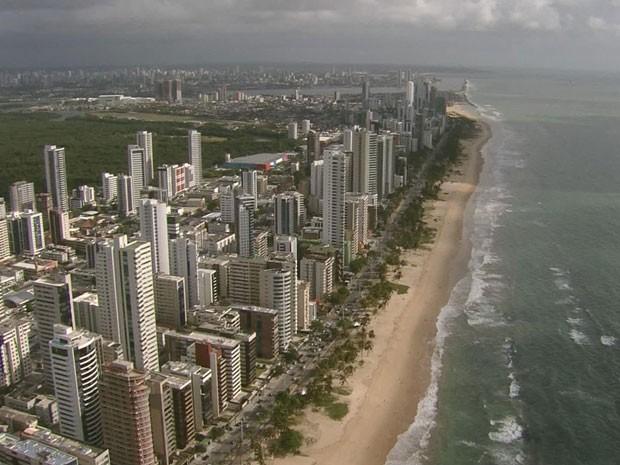 Praia de Boa Viagem, no Recife, está situada no trecho de 34 quilômetros do litoral pernambucano onde há risco de ataque (Foto: Reprodução/TV Globo)