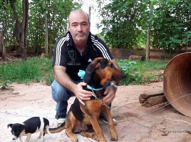 Proprietário de Negão, Leonardo Murucci Bastos, abraça o cachorro após encontrá-lo em Brazlândia, no Distrito F (Foto: Edilmar Lima/Arquivo Pessoal)
