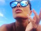 Juliana Paes faz biquinho para foto tirada pelo filho Antônio