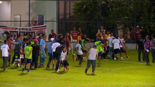 p  Jogadores dos dois times partiram para a briga depois do jogo. O ad7e6729588c4