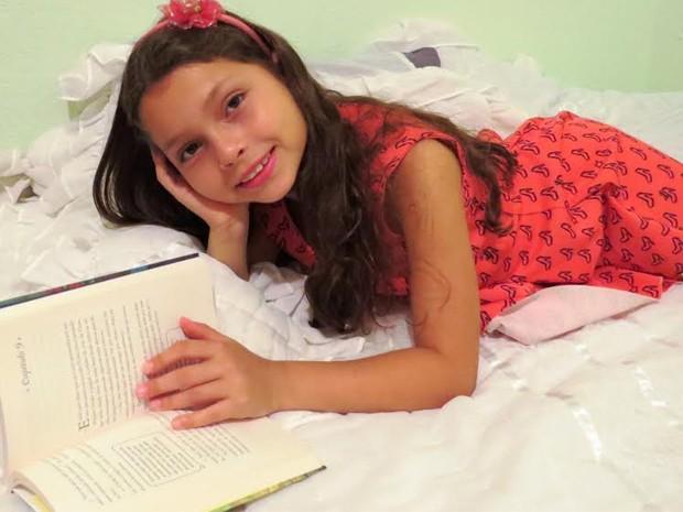 A garotinha que mora em São Lourenço (MG) sonha em ser escritora, mas que também pretende pintar quadros, ser cantora e artista (Foto: Reprodução/ Arquivo Pessoal)