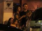 Sheron Menezzes se diverte com amigos em bar no Rio