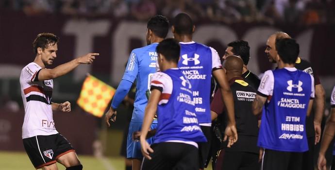 Rodrigo Caio aponta Ricardo Gomes São Paulo x Fluminense (Foto: André Durão)