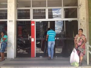Banco aberto após mobilização de na manhã desta terça-feira, na Avenida Sete, em Salvador (Foto: Natally Acioli/G1)