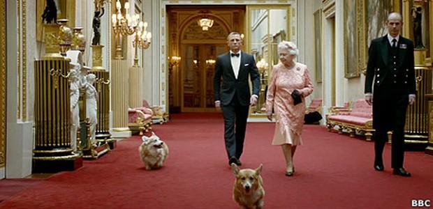 Os corgis caminham ao lado da rainha e de James Bond (Foto: BBC)