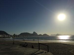 Domingo de sol na Praia de Copacabana (Foto: Fernanda Rouvenat / G1)