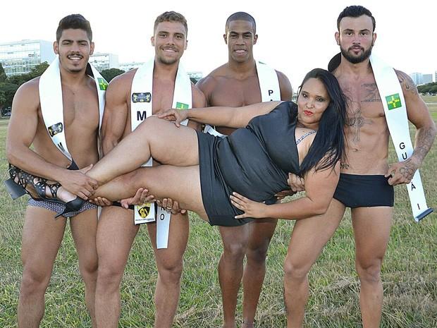 Candidatos a mister DF seguram miss plus size DF, Janaína Graciele  (Foto: Arnaldo Silva/Reprodução)