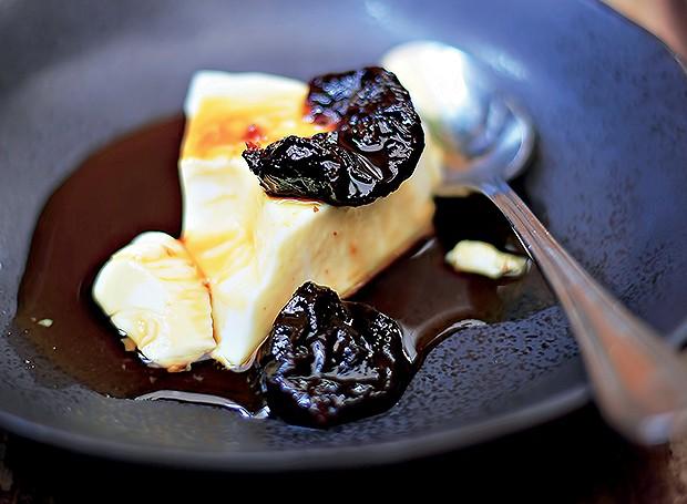 Manjar branco com calda de ameixa (Foto: Rogério Voltan/Editora Globo)
