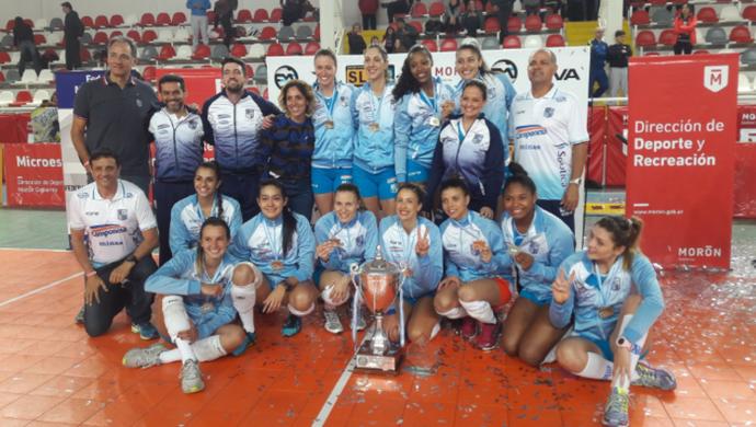 Jogadoras do Minas comemoram a conquista da Superliga Metropolitana, na Argentina (Foto: Divulgação/FMV)