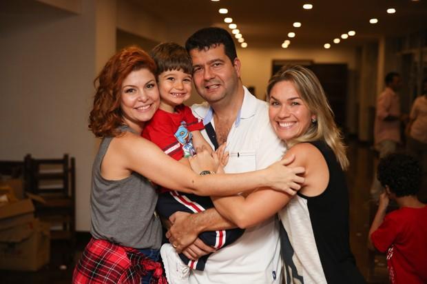 Andrezza Cruz com o marido e o filho (Foto: Brunno Carone/ Mukua Kids/ Divulgação)