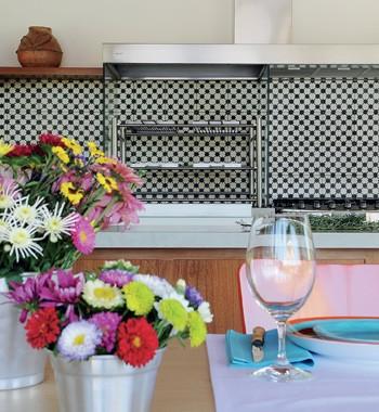 Baldes de zinco com flores do campo enfeitam a mesa de madeira da Etel (Foto: Casa e Jardim)