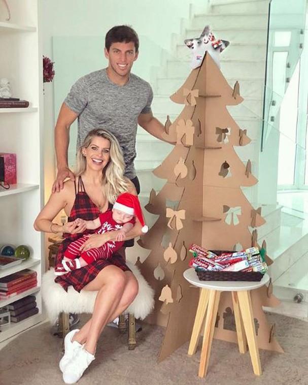 Karina Bacchi, Amaury Nunes e Enrico (Foto: Reprodução Instagram)