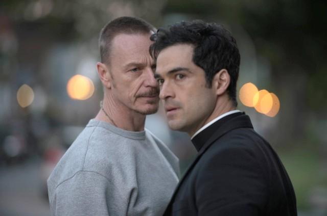 Ben Daniels e Alfonso Herrera em cena de 'O exorcista' (Foto: Reprodução)