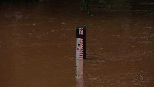 Chuva tira famílias de casa e causa estragos e cheias de rios no Rio Grande do Sul