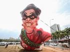 Grupo ergue boneco inflável de Dilma em ato contra fatiamento da Lava-Jato