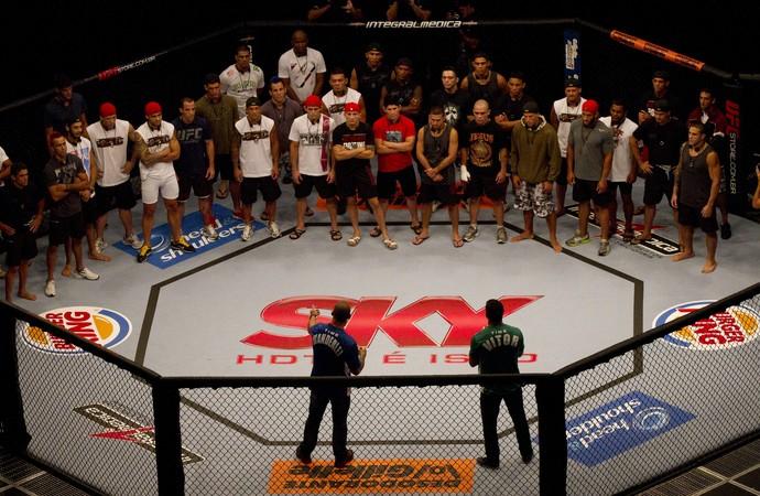 Vitor Belfort e Wanderlei Silva conversam com os 32 lutadores que disputarão o TUF Brasil (Foto: Divulgação - TUF Brasil)