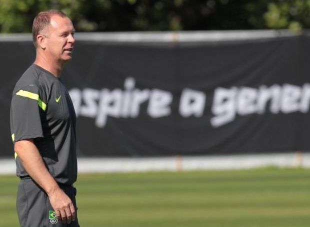 Mano Menezes no treino da sele&#231;&#227;o em Newcastle (Foto: Rafael Ribeiro/CBF)