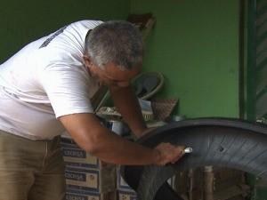 O artesão Edvaldo Freitas trabalhando com pneus. (Foto: Reprodução Tv Acre)