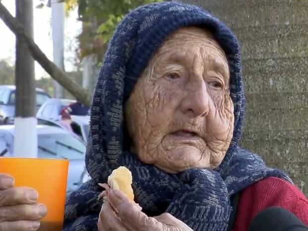 'Eu quero pegar uma casinha', diz Margarida Oliveira, 85 anos, em fila para inscrições - Cosmópolis (Foto: Reprodução/EPTV)