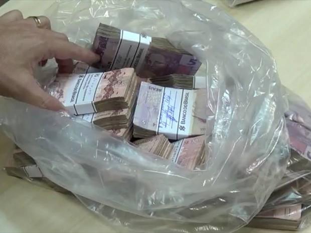 Dinheiro foi apreendido na casa de Naur Ferreira nesta sexta (15) (Foto: Divulgação/PF)