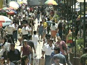 Centro de Manaus na década de 1990 tinha grande fluxo de consumidores a procura de produtos da Zona Franca (Foto: Reprodução/Rede Amazônica)
