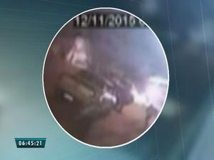 Novas imagens mostram tiros contra 3 das 11 vítimas da Chacina da Grande Messejana (Foto: Reprodução/TV Verdes Mares)