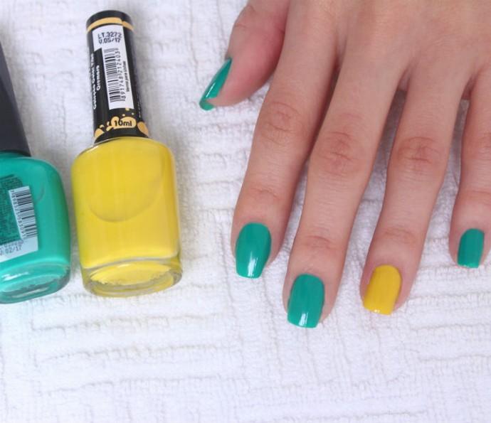 Passe duas camadas de esmalte verde nas unhas e duas camadas de esmalte amarelo na unha do dedo anelar (Foto: Arquivo pessoal)