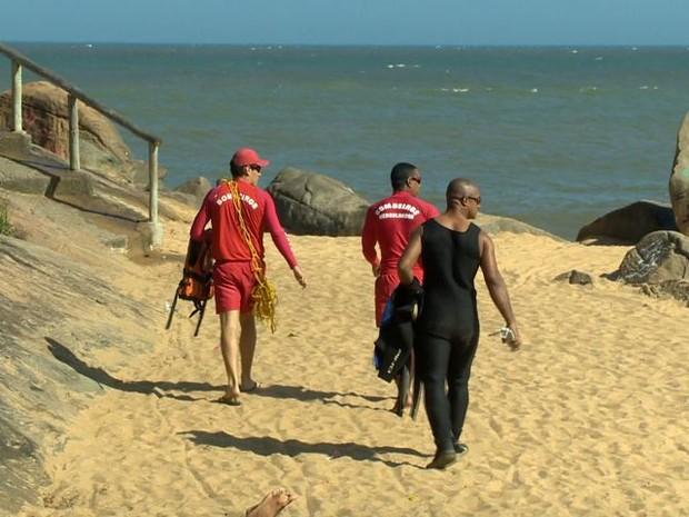 Bombeiros fazem buscas na região da Barra do Jucu, após desaparecimento de paraquedista. (Foto: Reprodução/TV Gazeta)