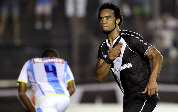 Carlos Alberto comemora gol do Vasco contra o Macaé (Foto: Marcelo Sadio / Site do Vasco)