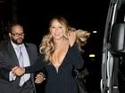 Mariah Carey quase mostra demais ao sair de teatro em Nova York