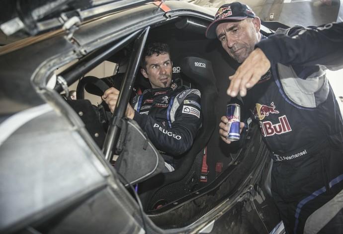 Donos de 16 títulos do Dakar, Cyril Despres e Stéphane Perterhansel conversam sobre o novo carro (Foto: Flavien Duhamel)