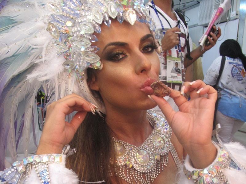 Nicole Bahls faz pose senual ao comer chocolate (Foto: Tássia Thum/G1)