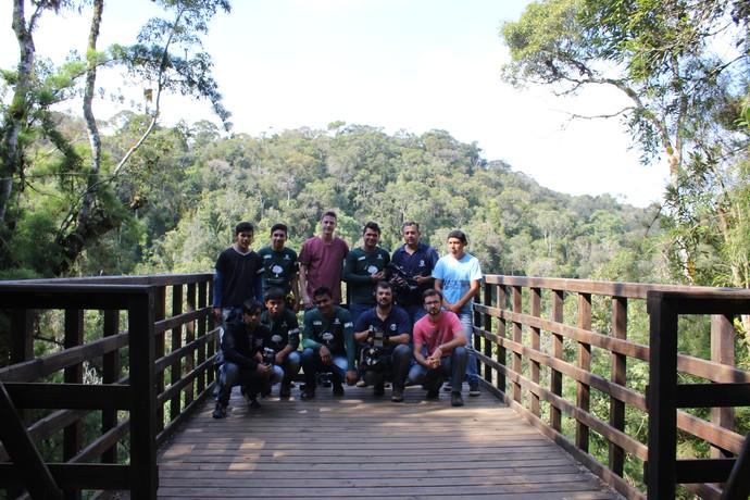 Equipe do Mistura foi guiada pelos indígenas pela trilha no Alto Vale do Itajaí  (Foto: RBS TV/Divulgação )